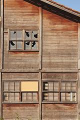 Ventanas  y cristales rotos de una casa de madera