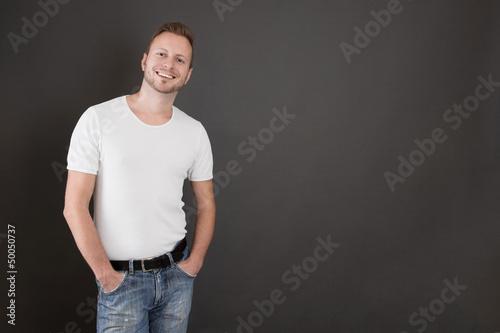 Gut aussehender junger Mann in Jeans und Shirt