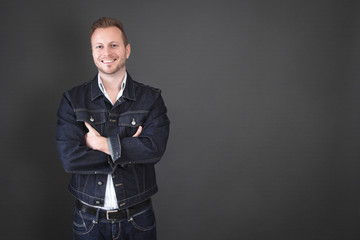 Lässiger Typ in Jeans als Hintergrund