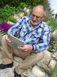 senior se servant d'une tablette tactile