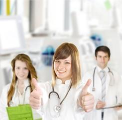Junges Ärzteteam in der Dialyse