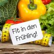 Gemüse auf Holz mit Zettel und Massband FIT IN DEN FRÜHLING!