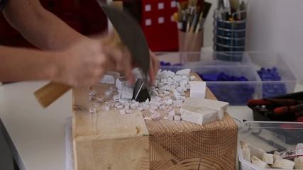 Taglio del marmo con martellina