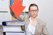 Ernste Frau im Büro zeigt mit Pfeil auf Akte