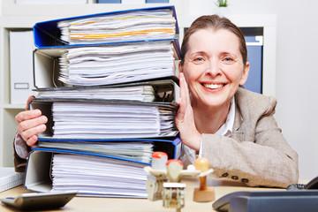 Frau im Amt mit vielen Aktenordnern