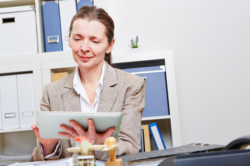 Frau mit Tablet PC im Büro