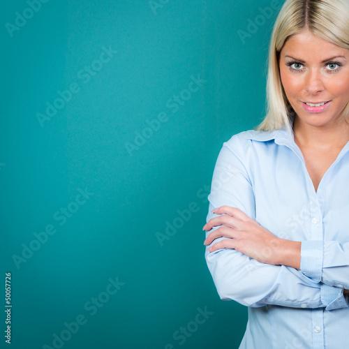 freundliche blonde frau