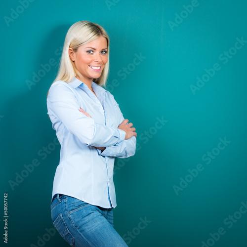 blonde frau verschränkt die arme