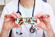 Hände halten Pillendose mit Medikamenten
