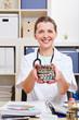 Ärztin mit vielen Tabletten im Krankenhaus