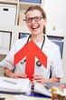 Ärztin zeigt mit rotem Pfeil auf sich