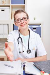 Ärztin reicht Hand zum Handschlag