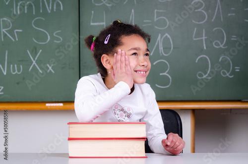 schulkind träumt während des unterrichts