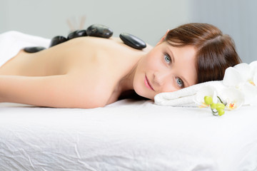 junge frau entspannt bei einer massage