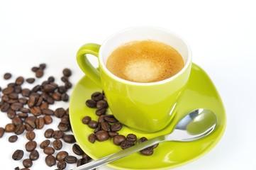 espressotasse grün mit kaffebohnen und löffel