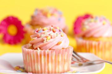 Cupcakes auf gelben Hintergrund