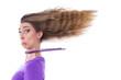 Trauriges Mädchen mit wehenden Haaren isoliert in Lila