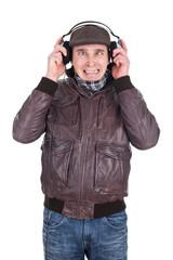Mann hört laute Musik