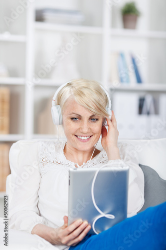 junge frau hört musik mit ihrem tablet