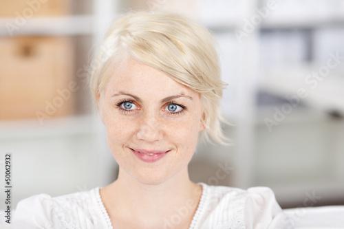 schöne blonde frau mit sommersprossen