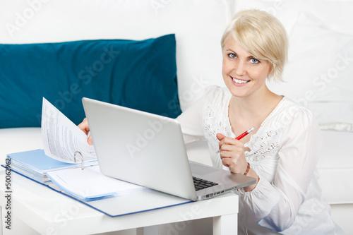 junge frau lernt mit laptop zu hause