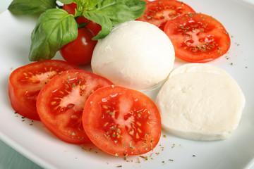 insalata di mozzarella e pomodori con basilico