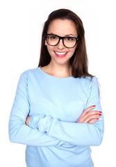 Lachende junge Frau mit schwarzer Brille und verschrenkten Armen