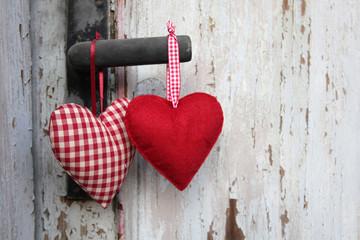 2 Herzen an Holztür