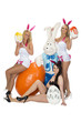 Osterhase mit drei Frauen im Osterhasenkostüm