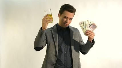 hombre con dinero y bebiendo alcohol