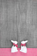 Hasenhochzeit - Shabby Holz Hintergrund mit Osterhasen
