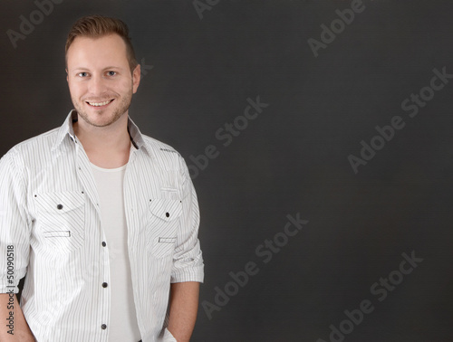 Schöner blonder junger Mann als Hintergrund