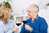 paar genießt ein glas rotwein zusammen