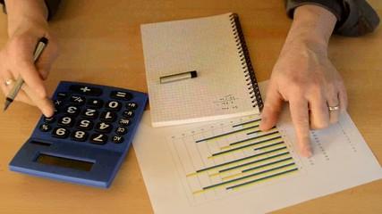 Businessman überprüft die Finanzen