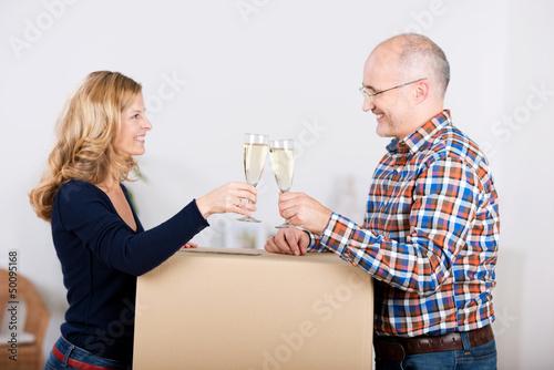 glückliches paar trinkt sekt beim einzug