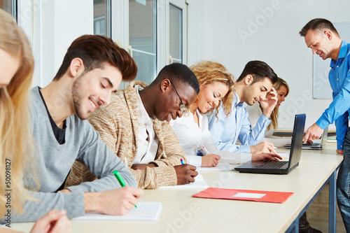Schüler arbeiten mit Lehrer in Workshop