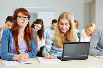 Studenten lernen im Kurs einer Universität