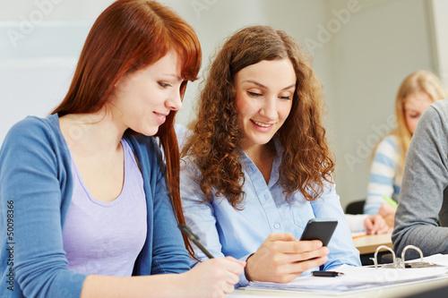 Junge Frauen im Unterricht mit Smartphone