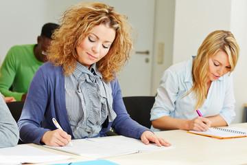 Frau im Assessment Center macht Prüfung