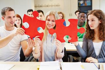 Studenten halten Puzzle im Unterricht