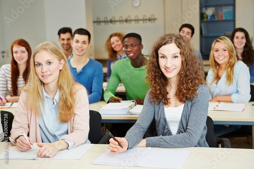 Schüler sitzen im Unterricht in der Klasse