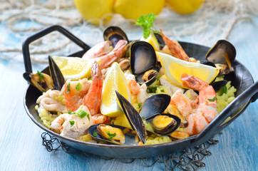 Paella mit Meeresfrüchten und Hühnerbruststücken