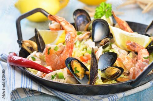 Paella mit Meeresfrüchten und Hühnerbrust