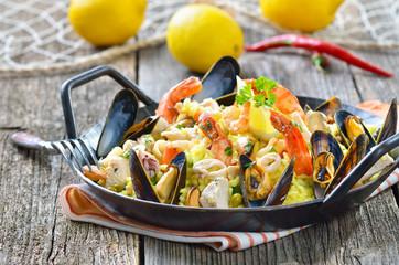 Spanisches Paella in der Servierpfanne
