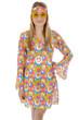 Junge Frau in Hippie-Kostüm mit gelber Brille