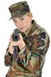 Junge Frau in Armeeuniform zielt mit Gewehr