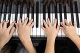 Mains d'enfants jouant du piano