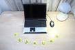 Schreibtisch aufgeräumt mit Klebezettel ORDNUNG