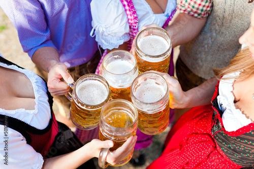 Im Biergarten - Freunde trinken Bier