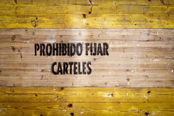 Cartel prohibido fijar carteles en madera